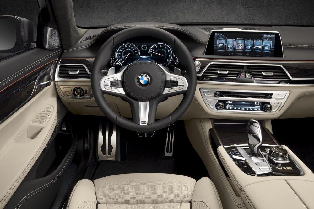 BMW también ha pensado en quienes deseen pasar desapercibidos y ofrecerá una versión Excellence, que elimina los detalles deportivos M Performance