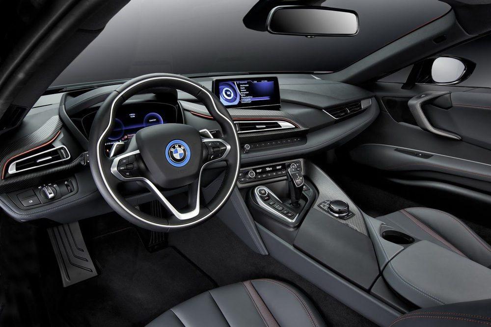 El habitáculo de esta edición especial también adquiere tintes en color rojo, una tonalidad no disponible hasta ahora en el BMW i8