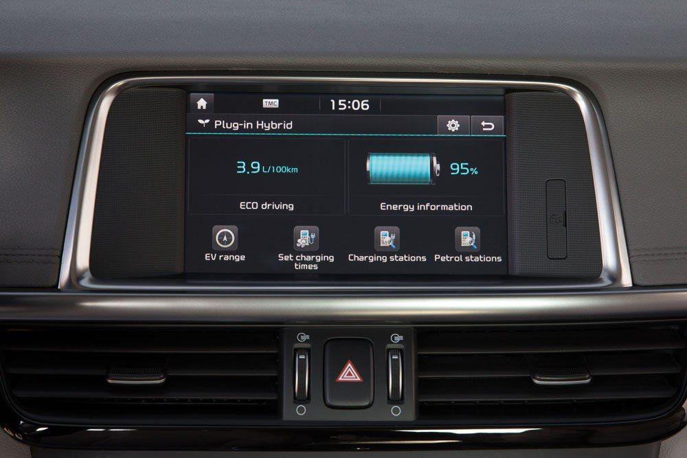 En la pantalla central el Kia Optima ofrece información sobre el estado de las baterías, eficiencia en la conducción, estaciones de recarga próximas...