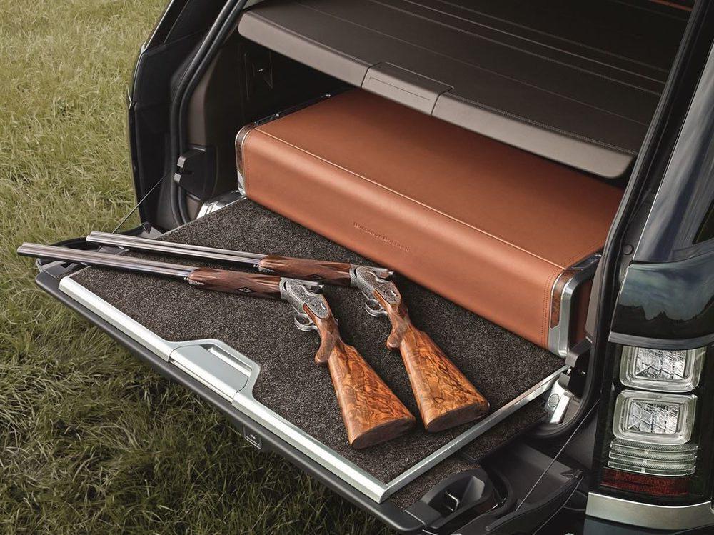 Esta caja fuerte tapizada en cuero y madera puede albergar dos armas de fuego del fabricante Holland & Holland, con quien Land Rover ha desarrollado esta criatura