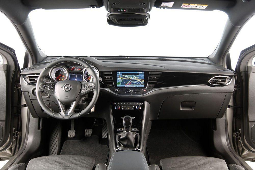 El cuadro del Opel Astra sigue manteniendo muchos botones; nada menos que 34. Su pantalla táctil es de 7 pulgadas.