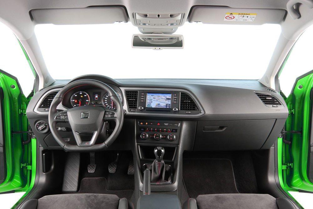 El Seat León es el que ofrece la pantalla táctil más pequeña, de 5 pulgadas. Su diseño general es muy funcional.
