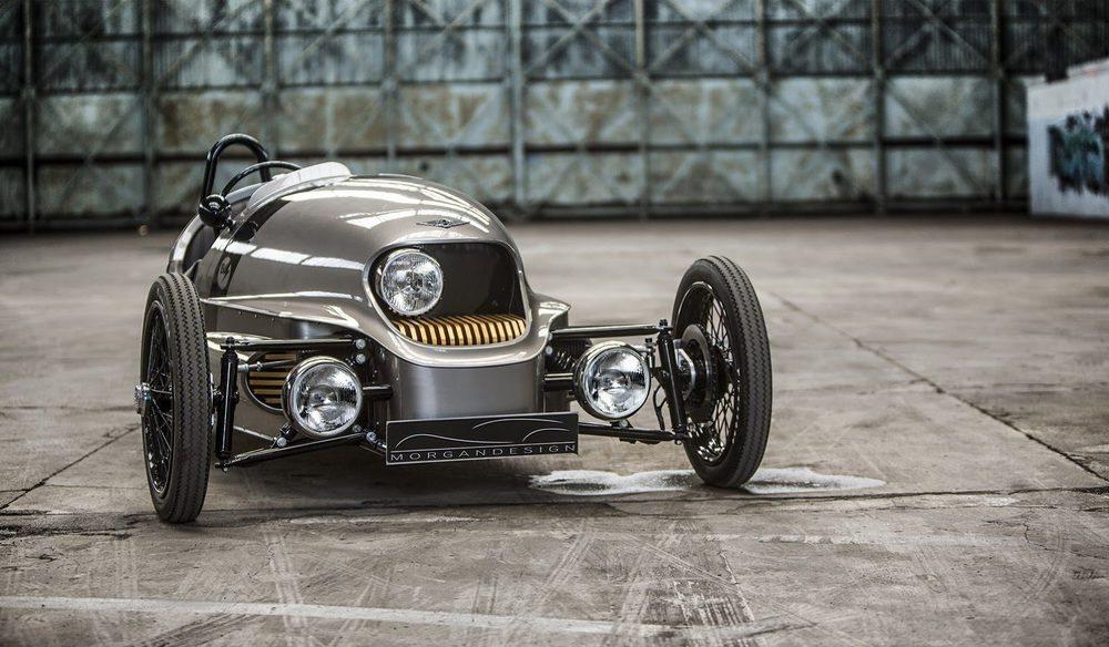 Para compensar el peso extra de las baterías de ión-litio, su carrocería se fabrica con aluminio y carbono, siendo la primera vez que se emplea en un Morgan