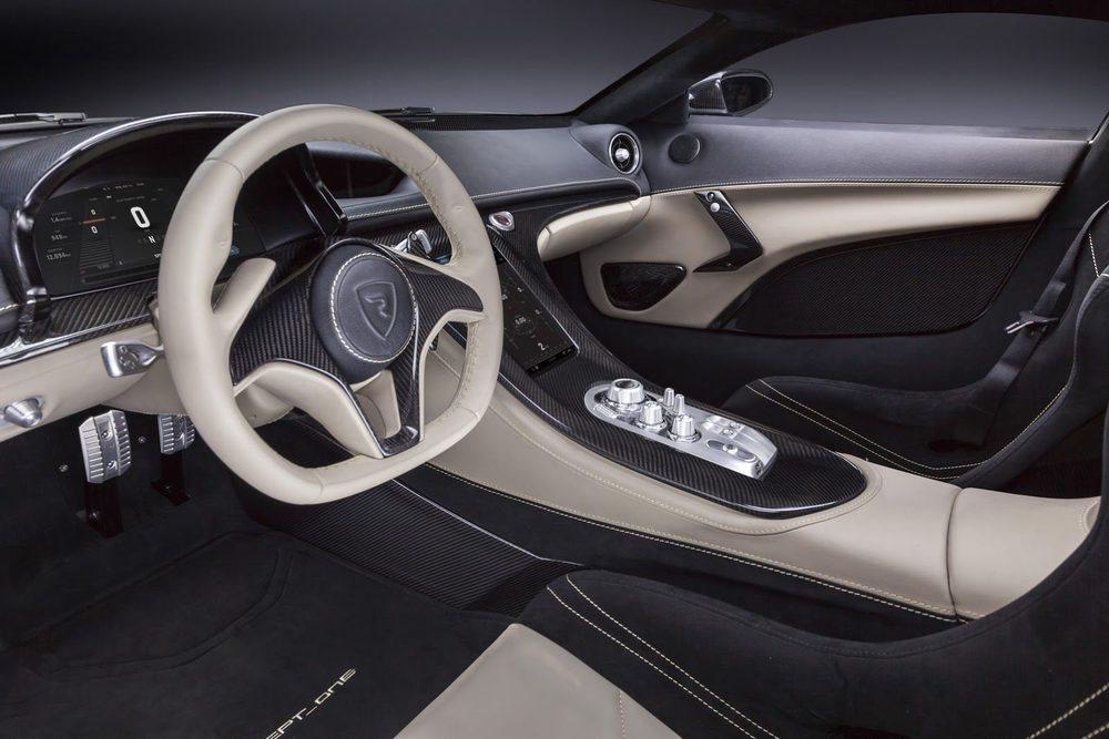 El interior es tecnológico a más no poder, pero también cómodo y refinado. Se tapiza en cuero y presenta molduras de carbono, botones de aluminio...
