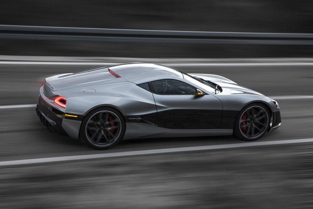 Son 1.088 CV los que producen sus cuatro motores eléctricos, que le permiten acelerar 0 a 200 km/h en 6,2 segundos y alcanzar una punta de 355 km/h
