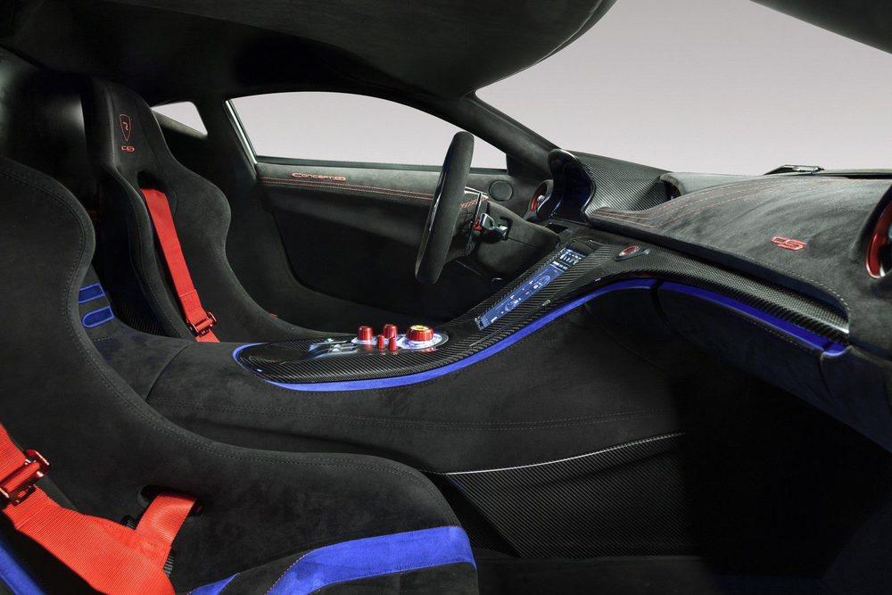 El habitáculo aquiere asientos baquet con arneses y una instrumentación específica e ideada para su uso en circuito. Todo es de fibra de carbono