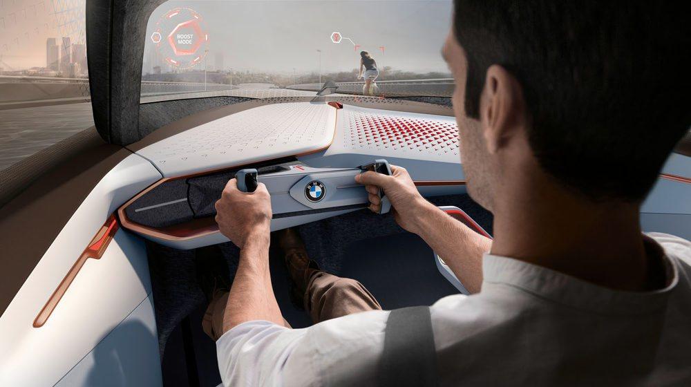 El BMW Vision Next 100 permite que el conductor pueda elegir conducir o se conducido. La inteligencia artificial le ayudará a centrarse en la conducción.