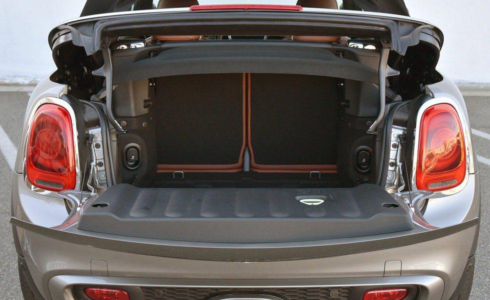 El maletero del Mini Cabrio oscila entre los 215 y los 160 litros con la capota puesta o quitada. Han ideado el sistema Easy Open para facilitar la carga