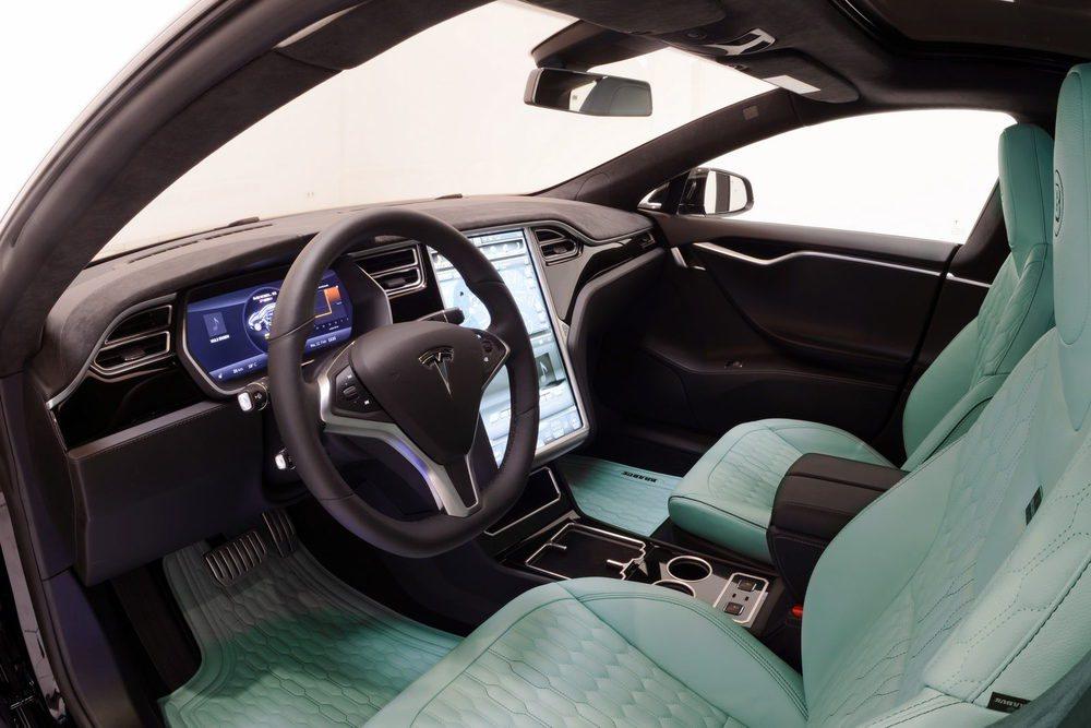 El habitáculo de estos exclusivos Brabus Tesla Model S se pueden personalizar hasta el último detalle. Hay tapizados en cuero, alcántara, molduras de aluminio, carbono, pedales deportivos...