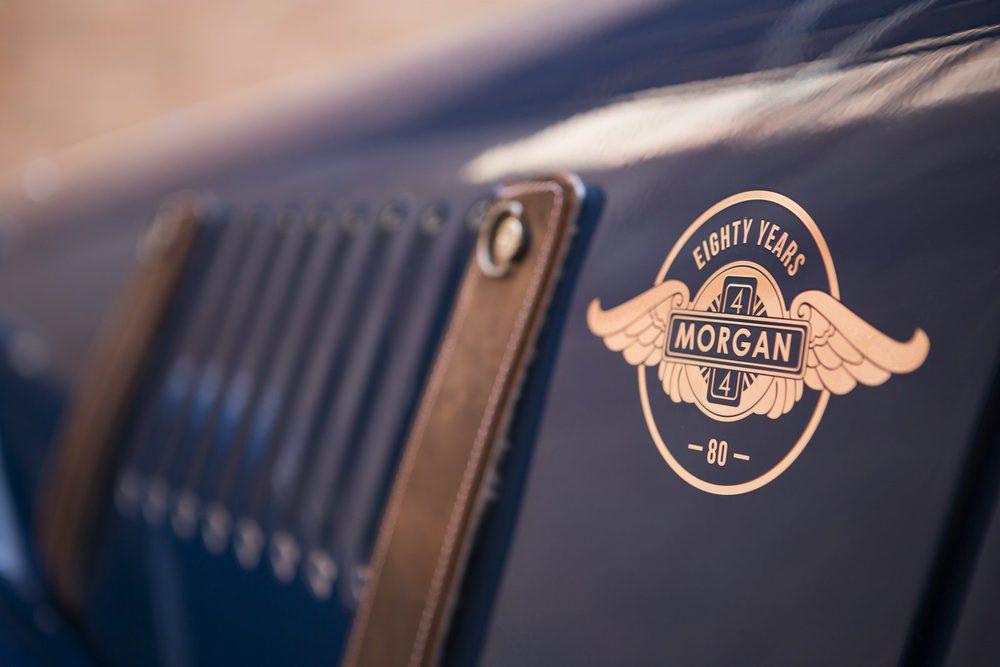 Los logos exteriores diferencian a estos 80 ejemplares de este clásico Morgan 4/4, que también recibe detalles como las correas de cuero para cerrar su capó, al igual que lo hacía en 1936