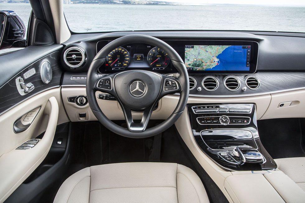 El salpicadero destaca por la gran pantalla central, desde la que se recibe información de todo tipo de funciones del coche.