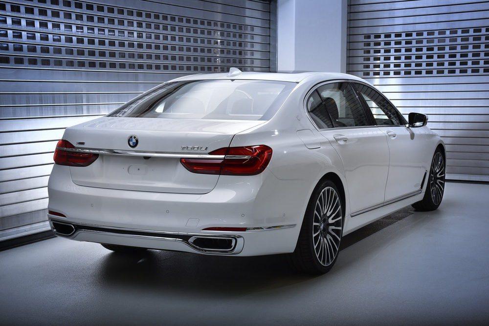 Para el exterior se ha creado este color denominado Solitaire Metalic White. Llantas y emblemas son especiales para esta edición Solitaire, de la que sólo se fabricarán seis unidades que toman la base de los BMW 750Li xDrive