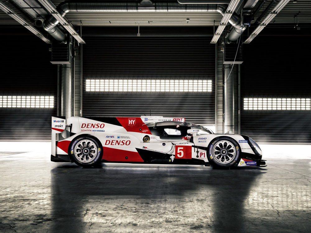 Toyota Gazoo Racing ha rediseñado por completo este Toyota TS050 Hybrid que varía drásticamente su mecánica respecto a la del pasado año. Pasa de un 3.5 V6 atmosférico a un 2.4 V6 Biturbo y estrena una batería de ión-litio