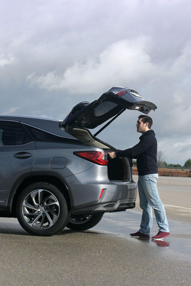 El portón del maletero se abre hasta una considerable altura. Tiene apertura eléctrica y da paso a un maletero de buen tamaño.