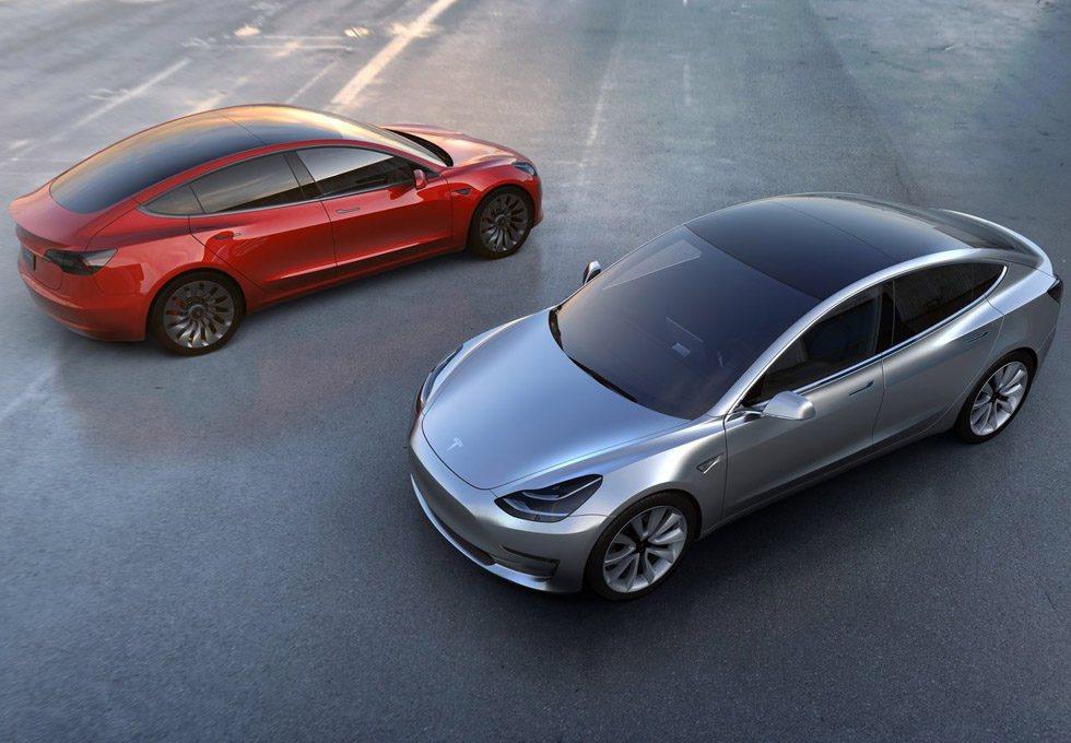 Este nuevo Tesla Model 3 será un rival directo por tamaño de un Audi A4, BMW Serie 3 o Mercedes Clase C. El actual Model S mide 4,97 metros de largo y este parece estar hecho a escala. Su diseño es muy llamativo y aseguran un precio de 35.000 dólares como punto de partida