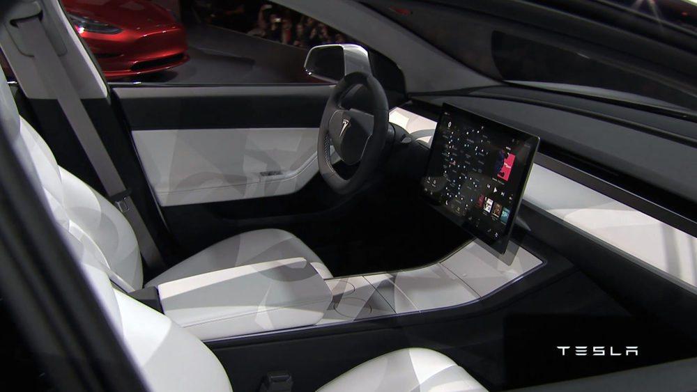 El habitáculo del nuevo Tesla Model 3 estará ideado para cinco ocupantes y contará con un techo panorámico de serie. El pueso de conducción es muy sencillo y llama la atención la generosa pantalla central táctil desde la que se controla su sistema de entretenimiento y el estado del vehículo