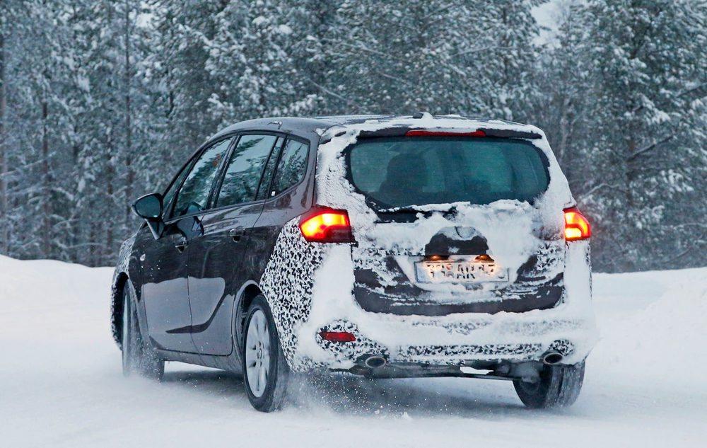 La trasera, por la cantidad de camuflaje que acumula, puede ser unos de los lugares con más cambios en el futuro Opel Zafira.