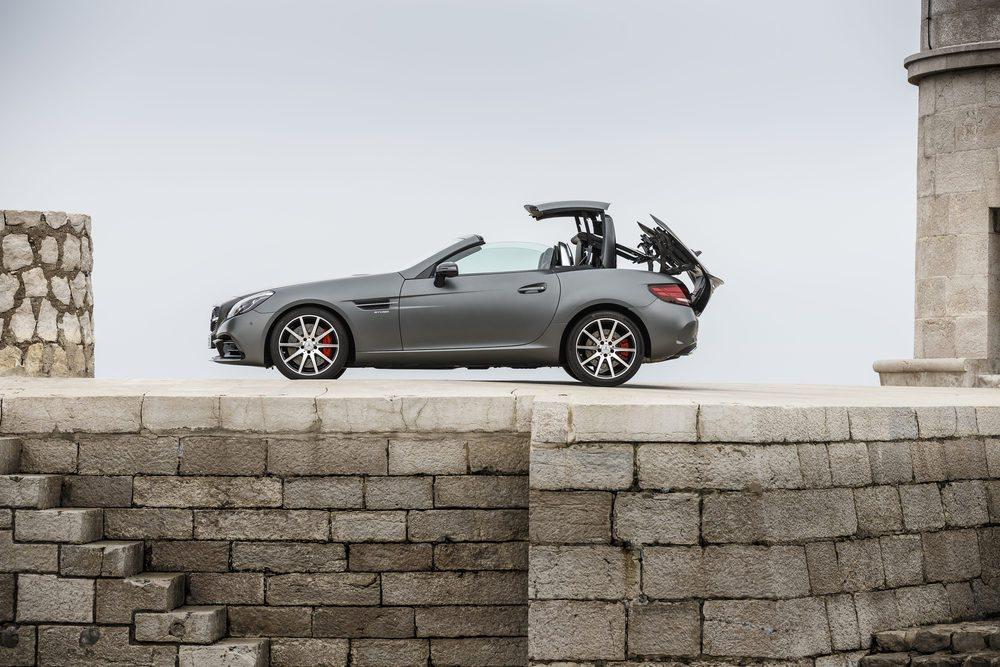 En solo 20 segundos y con una perfecta 'coreografía' el SLC pasa de cabrio a coupé... y viceversa.