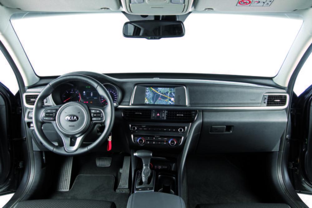 El interior tiene un gran aspecto y buena calidad. El cambio de doble embrague ofrece un buen funcionamiento. El equipamiento etá a gran altura.