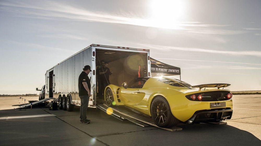 Este nuevo récord de velocidad en un cabrio tuvo lugar el pasado 25 de marzo en la base aerea de Lemoore, California. El director de la academia Ford Performance Racing, Brian Smith, y este Hennessey Venom GT Spyder con 1.451 CV, consiguieron