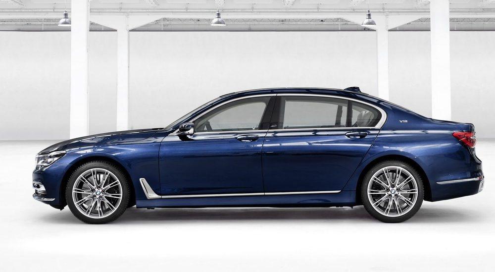 Se fabricarán en la factoría de Dingolfing y habrá un total de 500 unidades (100 por cada versión de motor), todas ellas pintadas en este color Centennial Blue Metallic que se inspira en el logo de BMW. También hay llantas de 20 pulgadas, logos específicos... Todos tienen plataforma larga con 5,24 metros.