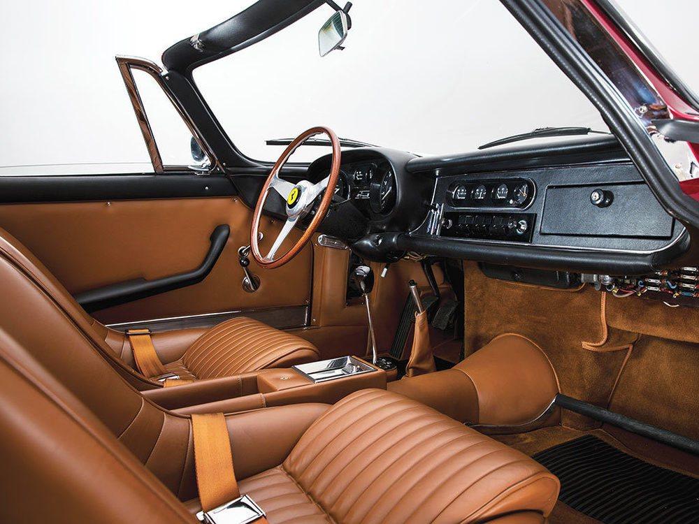 Originalmente este cavallino rampante estaba pintado en color Grigio Scuro y tapizado en cuero negro. Actualmente presenta un color rojo y un interior beige, pero todo en él está certificado por Ferrari Classiche, ya que todos los trabajos se han realizado en Maranello.