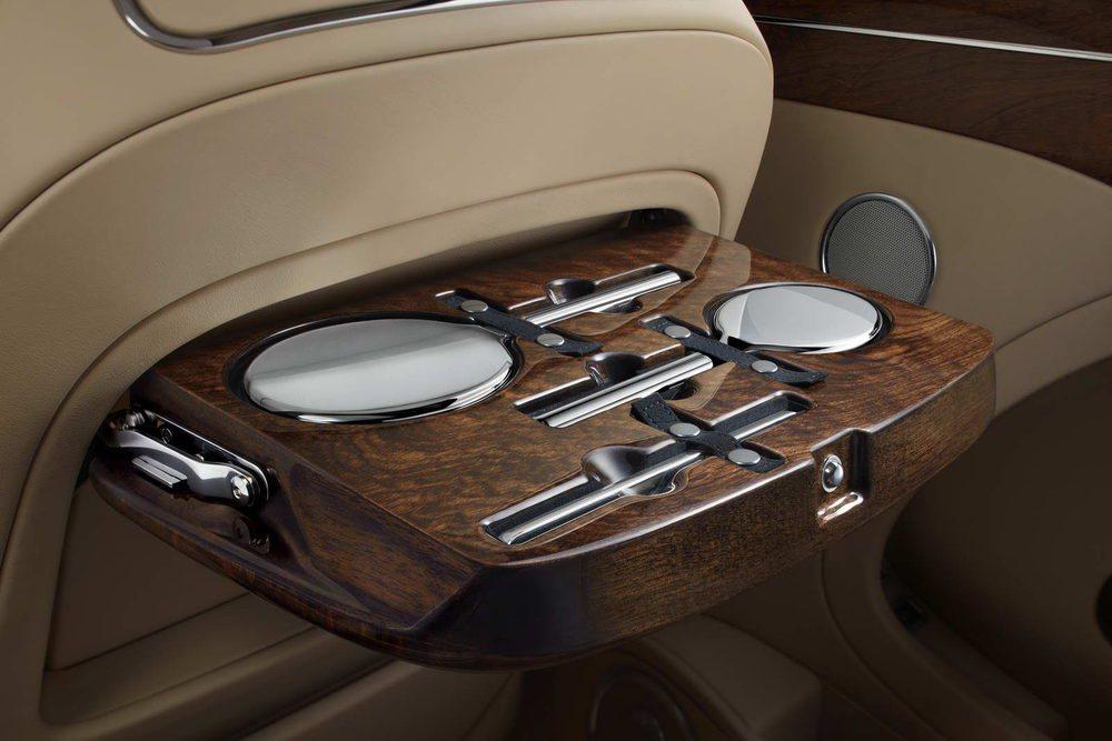 Tras los respaldos delanteros encontramos un exclusivo kit de tocador fabricado en plata por los especialistas de Asprey. Se colocan en estas mesas fabricadas con madera de nogal, precisamente de un ejemplar con 350 años de edad adquirido por Bentley en una subasta.