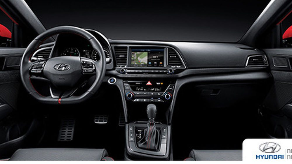 En el interio de estos Hyundai Elantra Sport encontraremos asientos deportivos, volante específico, pespuntes en color rojo, pedales de aluminio... Las versiones con cambio automático añaden levas en el volante para manejarlo en modo secuencial. Todos tienen un motor 1.6 T-GDi de 204 CV.
