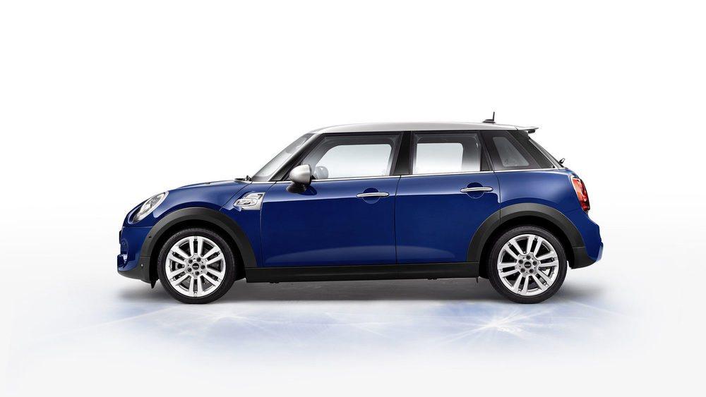La primera edición especial de la actual generación MINI recibe el nombre de Seven. Se ofrecerá tanto con carrocería de tres como de cinco puertas, además de con cuatro mecánicas diferentes entre 116 y 192 CV de potencia. Este tono Lapisluxury Blue es exclusivo para ellos.