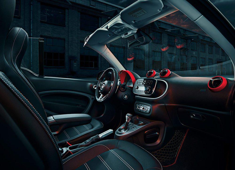 Brabus no sólo retoca el exterior de estos Smart ForTwo Urbanlava, pues su habitáculo recibe también asientos de cuero, pedales de aluminio o un pomo exclusivo firmado todo ello por Brabus. Los Coupé equipan cambio manual de 5 velocidades y los Cabrio el Twinamic.