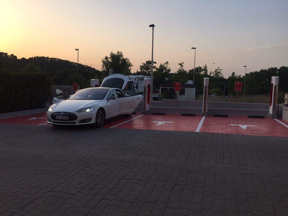 Los Conectores de Tesla añaden permiten recargar tu vehículo Tesla más rápido que un cargador eléctrico convencional