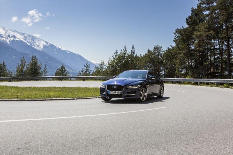 Los Jaguar XE sólo combinan la tracción AWD con el cambio automático y el motor 2.0 Diésel de 180 CV, lo que limita su oferta, aunque ofrece cuatro niveles de equipamiento y precios entre 42.400 y 48.212 euros. Esta tracción AWD sólo eleva el peso en 50 kilos.