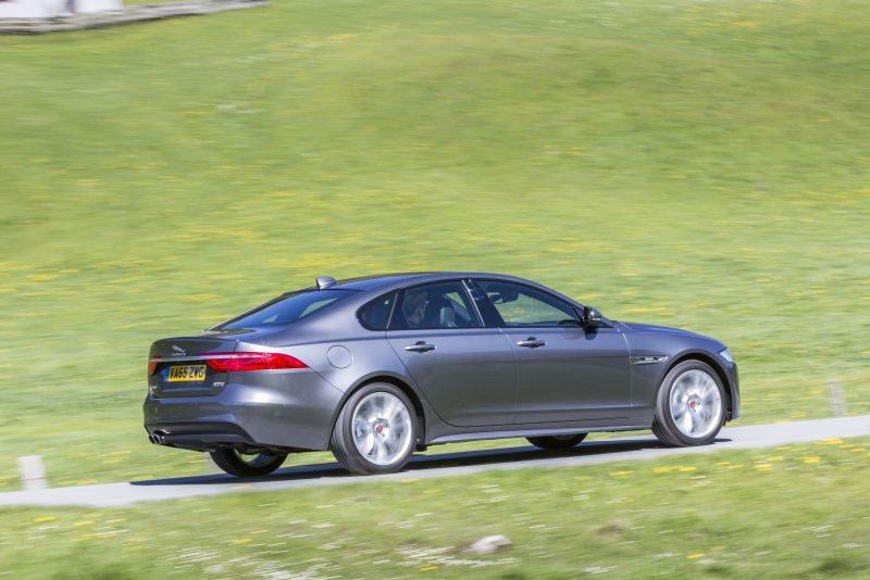 Además del 2.0 Diésel, los Jaguar XF si ofrecen la tracción AWD en combinación con un 3.0 V6 dotado de compresor volumétrico y que ofrecen con 340 y 380 CV. Si el sistema IDD detecta que las ruedas traseras van a perder tracción envía potencia delante en 165 milisegundos.