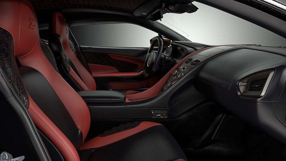 El habitáculo de este Aston Martin Vanquish Zagato combina cuero con detalles como la fibra de carbono o las piezas fabricadas en bronce satinado. De este material son los mandos de la climatización. Es un extricto dos plazas para divertirse con sus 600 CV.