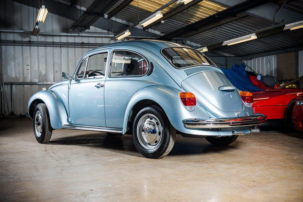 Este Volkswagen Beetle fue entregado a su primer y único propietario el 23 de enero de 1974. Lo utilizó durante cuatro años y sólo recorrió con él 90 kilómetros. Fue abandonado en un granero y ahora busca un nuevo dueño, pero se espera llegue a los 40.000 euros.