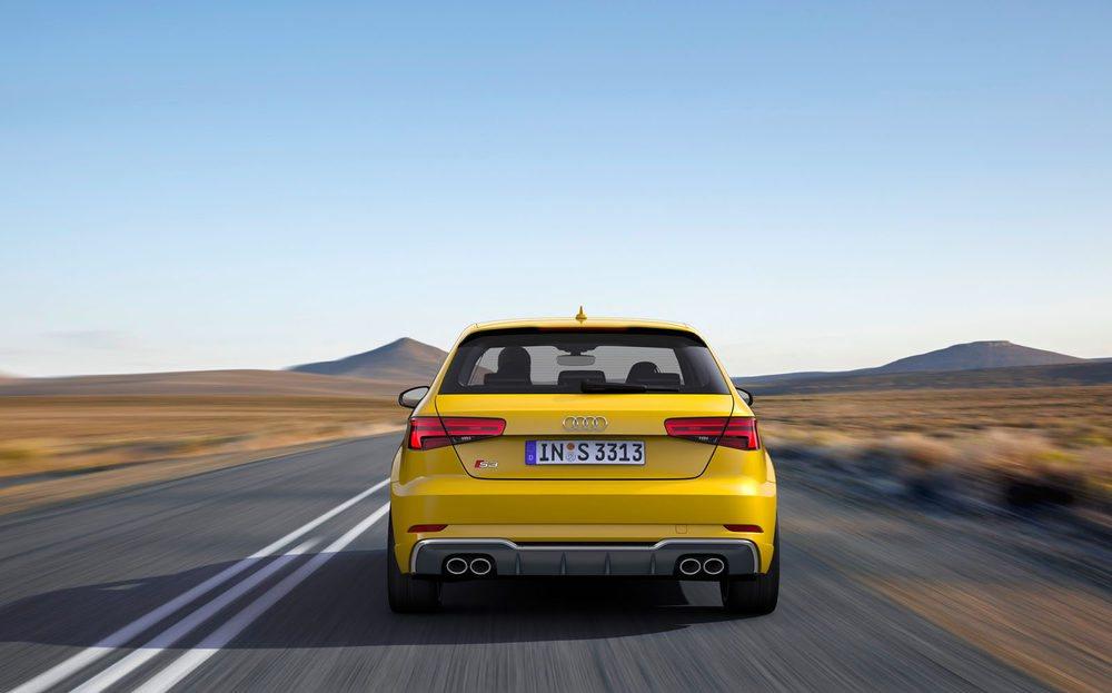 En la parte trasera destaca el difusor trasero en color platino, que enmarca las cuatro salidas de escape del Audi S3.