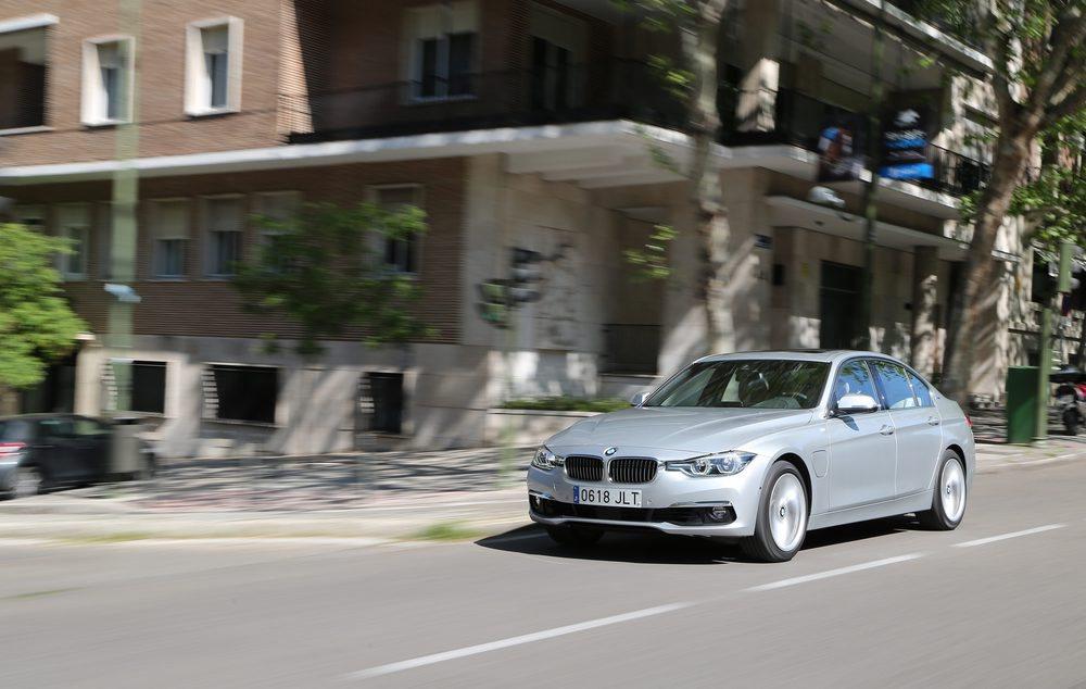 45.300 euros nos costará este singular BMW 330e, cuya mecánica híbrida presume de ofrecer nada menos que 252 CV de potencia. Si cargamos a tope sus baterías podemos recorrer hasta 40 km en modo eléctrico.