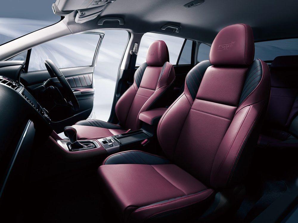 El habitáculo gana deportividad gracias a estos singulares asientos tapizados en cuero rojo y negro. Aunque son las versiones más deportivas de este atípico familiar, no pierden un ápice de la funcionalidad que le caracteriza al Subaru Levorg.