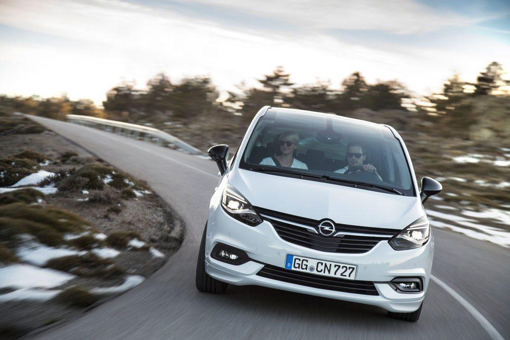 Opcionalmente los nuevos Opel Zafira podrán contar con el chasis activo FlexRide y con estos nuevos faros delanteros con tecnología AFL LED con nueve funciones diferentes de iluminación. Opción también será el parabrisas panorámico junto a su generoso techo solar.