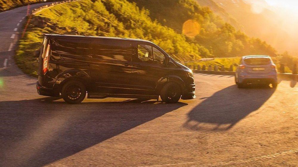 Para crear esta Ford Transit firmada por Ken Block se partió de la deportiva Transit que el año pasado creó M-Sport, quien prepara los Ford Fiesta de rally. Su motor TDCi mantiene los 155 CV de serie, pero hay suspensiones Eibach, llantas OZ, neumáticos Toyo...