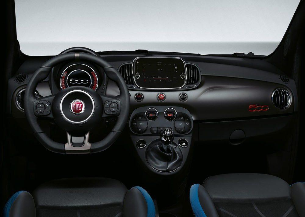 En el habitáculo de los Fiat 500S encontramos asientos deportivos, que opcionalmente pueden estar tapizados en cuero Frau. De serie son la pantalla táctil del sistema Uconnect, así como un velocímetro digial con un aspecto deportivo y también de 7 pulgadas.