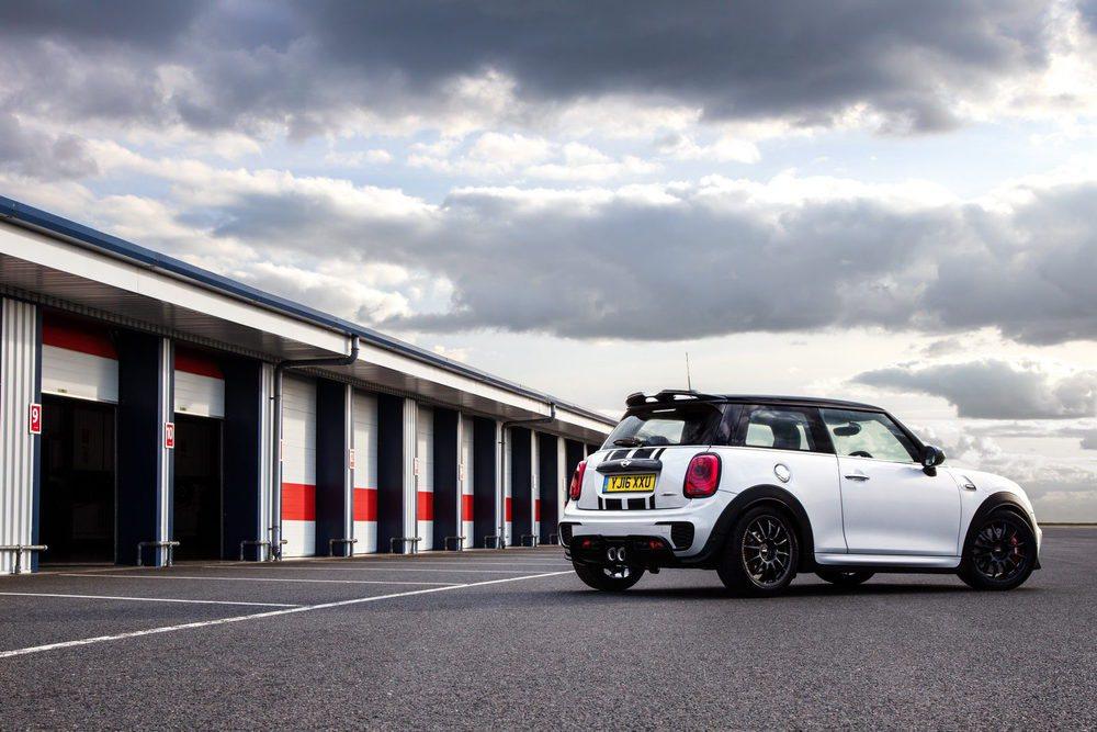 Quienes piensen en un Mini para track days, esta es la opción ideal. El problema es que este Mini JCW Challenge sólo se venderá en Reino Unido y se fabricarán 100 ejemplares. Comparte mecánica con el resto de JCW, que genera una potencia de 231 CV y 320 Nm.