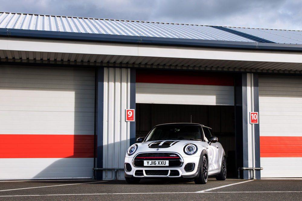 Los pasos de rueda se ensanchan para dar cabida a unos neumáticos Michelin Pilot Sport Cup 2S en medida 215/45 R17 (de serie 205). Van sobre llantas forjadas que pesan 1,5 kg menos que las de serie. Hay nuevas piezas aerodinámicas, que opcionalmente pueden ser de carbono.