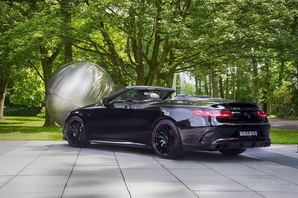 Este Brabus 850 6.0 Biturbo Cabrio es el descapotable de cuatro plazas más rápido del mundo, pues alcanza los 350 km/h. Su motor 5.5 V8 Biturbo pasa de 585 a 850 CV de potencia, y su aerodinámica se ha revisado para pegar sus 2.185 kilos al asfalto.
