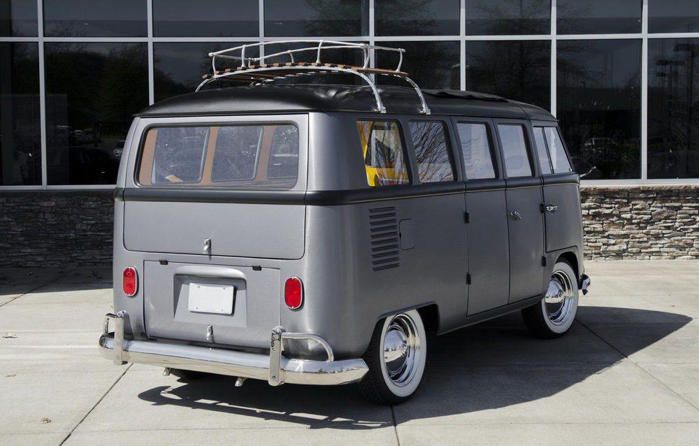 Para crear esta singular Volkswagen T1 Bus se inspiraron en el DeLorean de la película Regreso al Futuro. Su carrocería tiene un vinilo que simula el acero inoxidable y sus puertas delanteras tienen un sistema de apertura alas de gaviota.