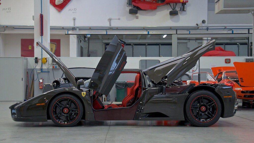 El concesionario Exotic Motors en Missouri pone a la venta el único Ferrari Enzo que salió de la factoría de Maranello sin color para tapar su carrocería de carbono. Eso le hace muy especial y eleva considerablemente su precio de venta: 3,5 millones de dólares.