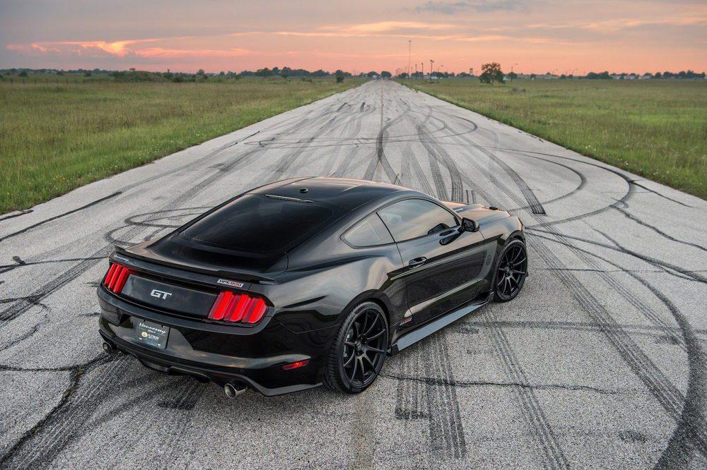 Para conmemorar sus 25 años de vida, Hennessey Performance pone a la venta 25 unidades de este Ford Mustang que vende a 99.500 dólares la pieza. En su exterior hay adhesivos exclusivos, llantas de 20 pulgadas y un completo kit aerodinámico en carbono.
