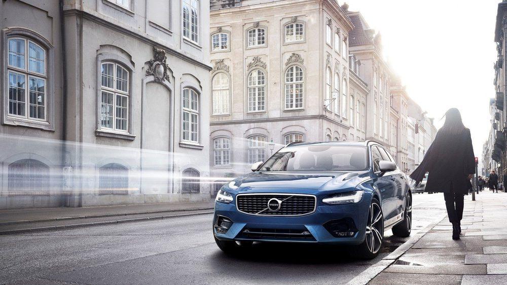 De momento no hay precios, pero un Volvo XC90 R-Design cuesta igual que un Inscription, por lo que estos podrían arrancar en 49.381 euros con el motor D4 de 190 CV, pues su gama de propulsores será extensa. Volvo lo equipa con una suspensión deportiva.