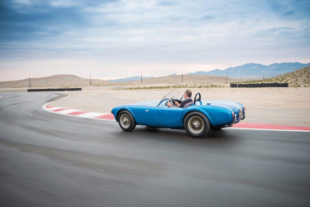 Será el 20 de agosto cuando este Shelby Cobra CSX 2000 encuentre un nuevo hogar. Desde 1962 ha sido propiedad del propio Carroll Shelby y ahora la familia se deshace de él. El encargado de subastarlo será RM Sotheby y podría alcanzar un precio astronómico.