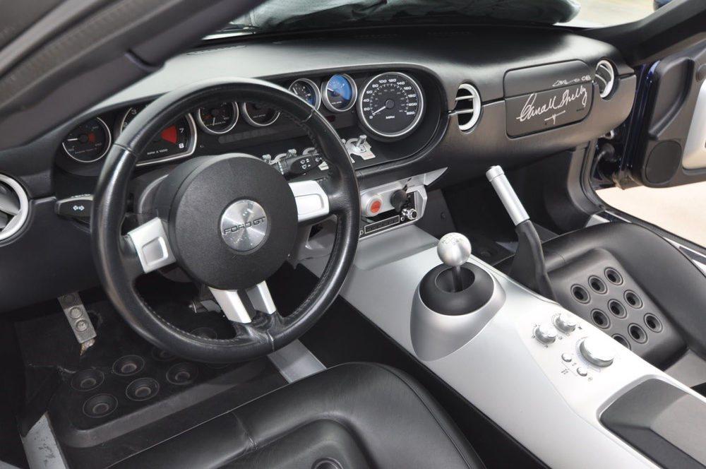 Este Ford GT saldrá a subasta a finales del mes de agosto en Pebble Beach. En su chasis lleva grabada la denominación PB2-1, que lo identifica como un modelo de pre-producción. En su interior lleva la firma de Carroll Shelby y Camilo Pardo, el diseñador del coche.